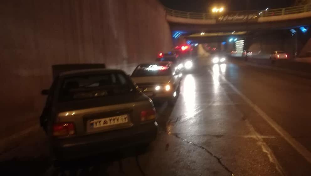 محبوس شدن دو نفر در خودرو در حادثه برخورد با دیواره کنارگذر