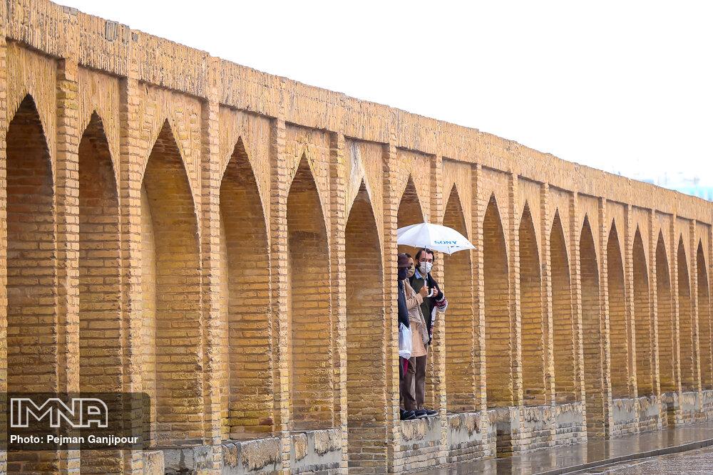 ابرهای باران زا همچنان مهمان آسمان اصفهان/ هوا سردتر میشود