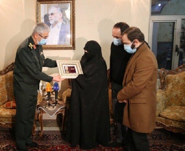 اعطای نشان درجه یک نصر به خانواده شهید فخریزاده