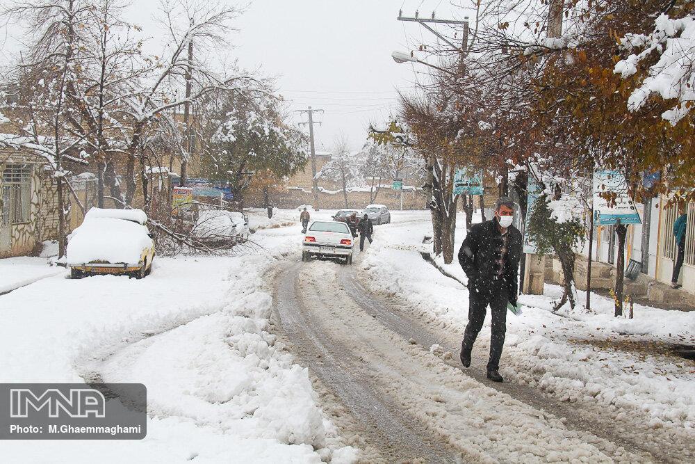 غرب اصفهان سفیدپوش شد/تداوم سرما و یخبندان تا ۵ بهمن