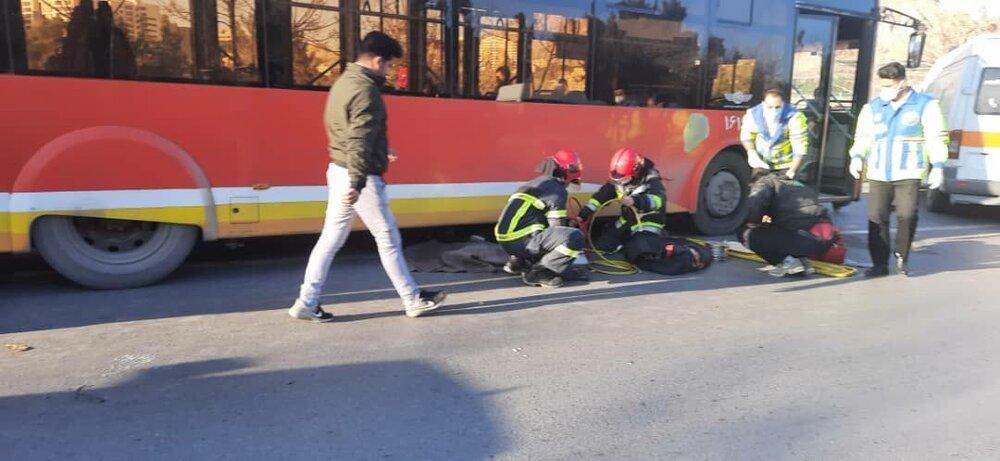 راننده موتور سیکلت بعد از تصادف با اتوبوس جان باخت+عکس