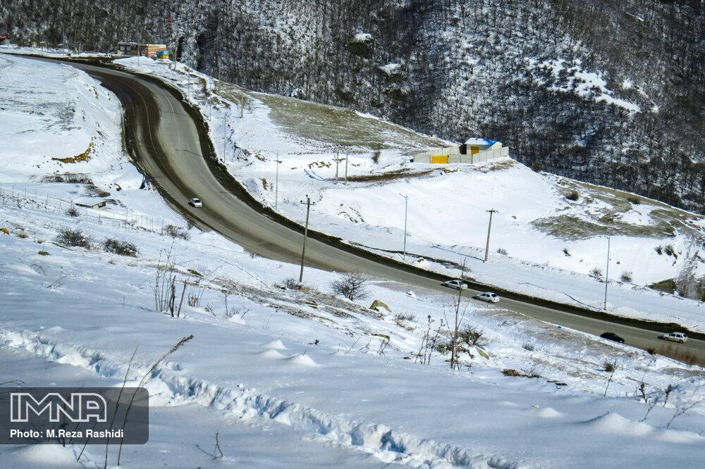 بارش برف و باران در جادههای ١۵ استان