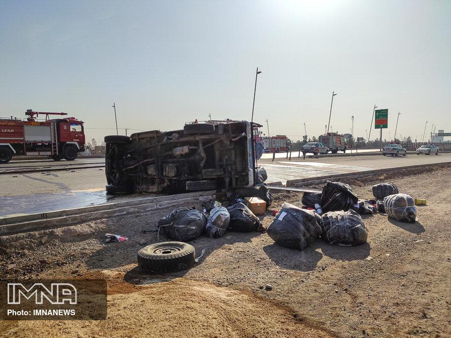 ایجاد ترافیک شدید با واژگونی ۲ خودروی سنگین