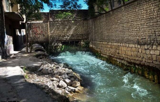 گردش آب چشمهها در سطح معابر شهر خرم آباد