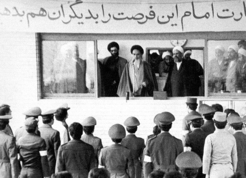 ۱۹ بهمن ۱۳۵۷؛ اعلام حمایت همافران نیروی هوایی ارتش از امام خمینی (ره)