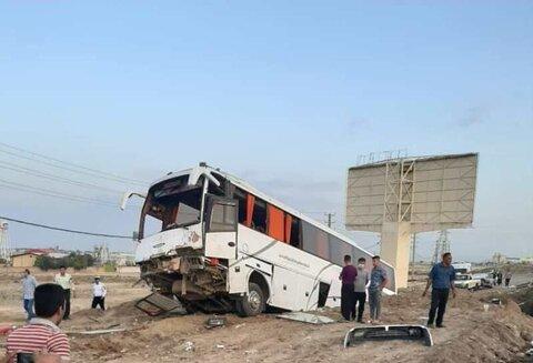 ۱۰ مصدوم  در برخورد اتوبوس با گاردریل