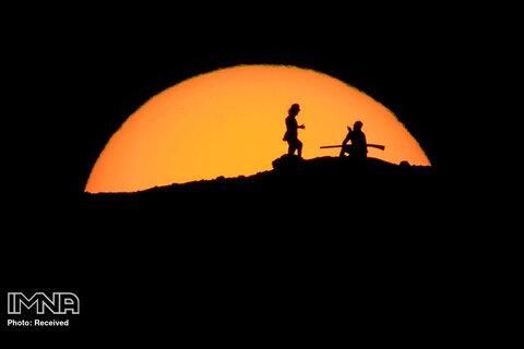 کوهنوردان غروب خورشید را از قله پارک پاپاگو تماشا می کنند.  آریزونا