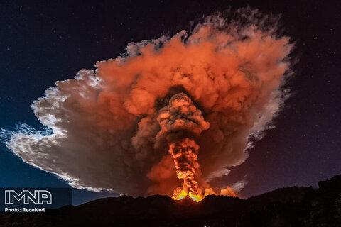 فوران شدید کوه اتنا که خاکستر آن بیش از یک کیلومتر به آسمان رفت. سیسیل