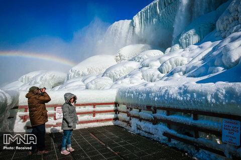 حضور بازدیدکنندگان آبشار یخ زده نیاگارا در نیویورک