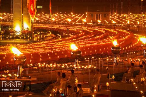 حضور راهبان بودایی شمع به دست در روز گرامیداشت Makha Bucha