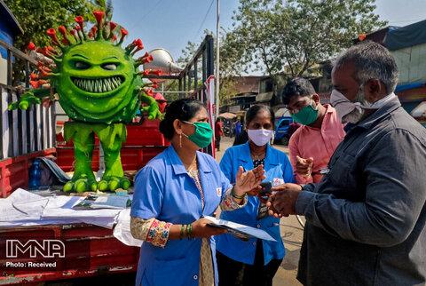 توزیع بروشورهای اطلاع رسانی در مورد شیوع ویروس کرونا در هند توسط داوطلبان