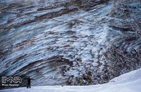 مردی در حال عکس گرفتن در کنار یخچال طبیعی  قزاقستان