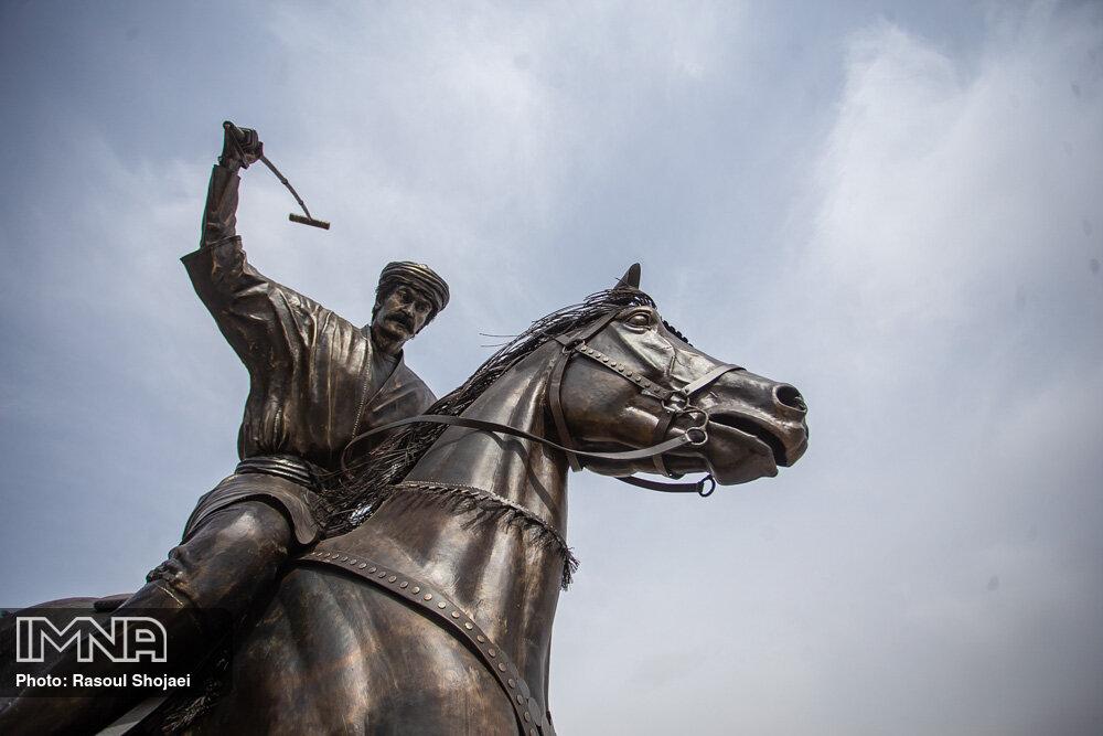 نصب نماد چوگان در چهارباغ اصفهان