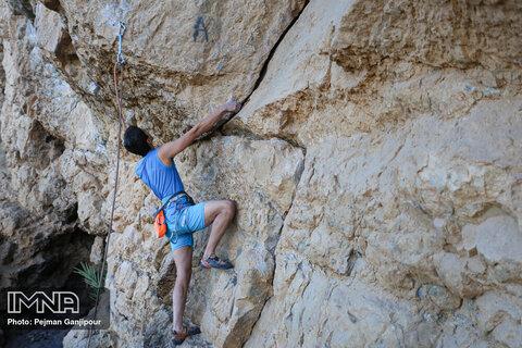 صعود کوهنوردان در کوه صفه اصفهان