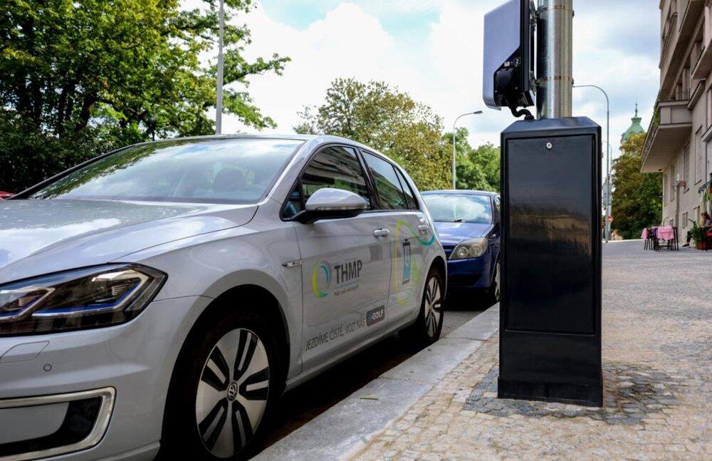 نصب چراغهای خیابانی با قابلیت شارژ خودروهای برقی در پراگ