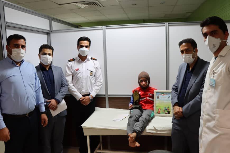 تقدیر رئیس سازمان آتش نشانی شیراز از محمد طاها قهرمان ۸ ساله