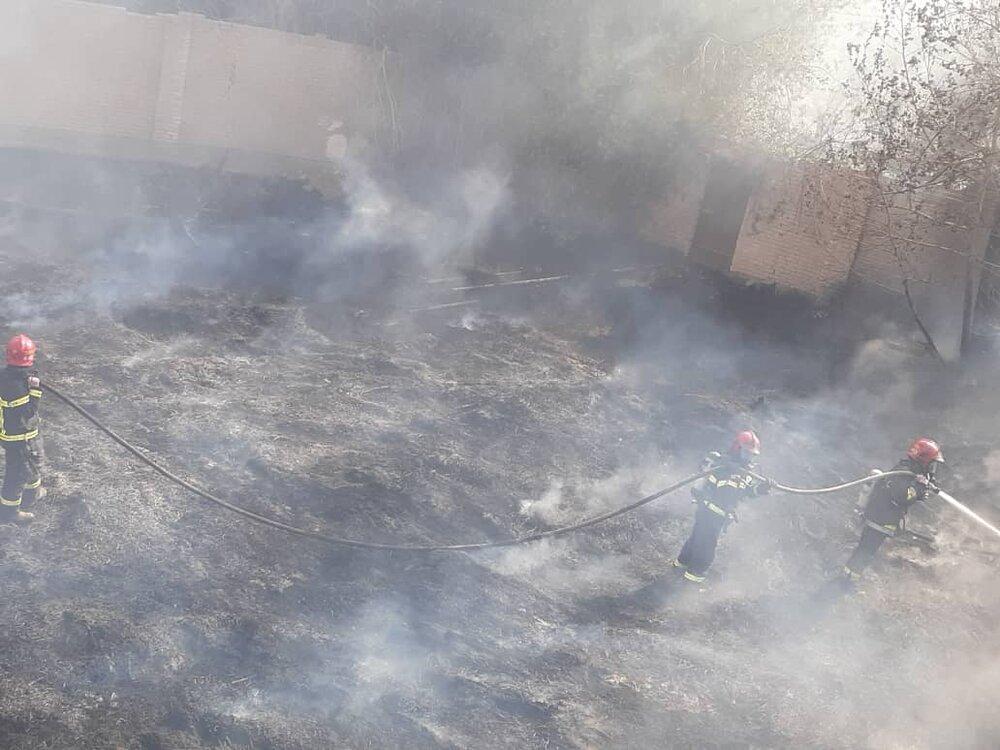 حریق وسیع در مجاورت مخازن گازوئیل اصفهان+ عکس