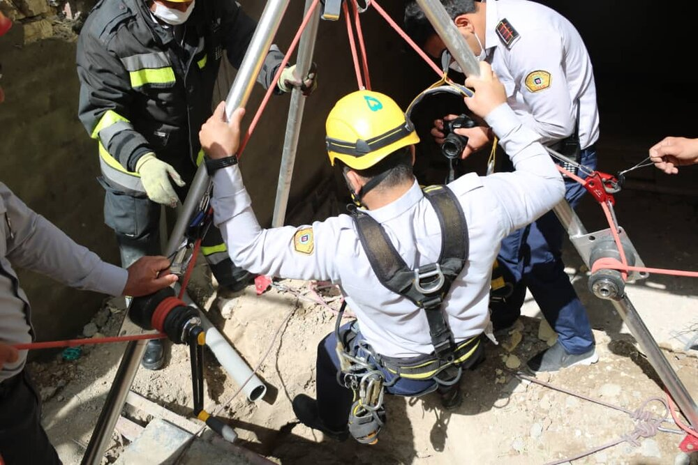 سقوط کارگر جوان به چاه ۷ متری حادثهساز شد+عکس