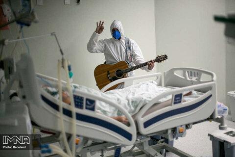 نوازندگی و خوانندگی یک پرسنل کادر درمان برزیلی در بخش کروناییها در جشن روز پاک