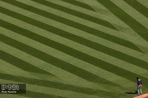 احترام یکی از بازیکنان تیم بیس بال  Atlanta Braves به سرود ملی