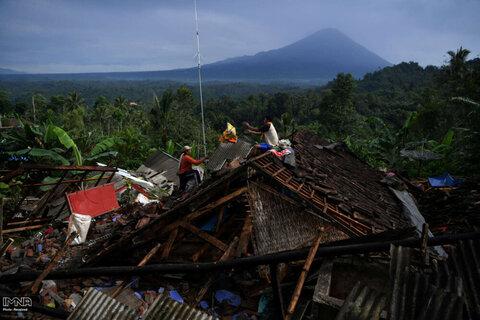 جمع آوری اسباب به جا مانده از زلزله در لوماجانگ استان جاوه شرقی ، اندونزی