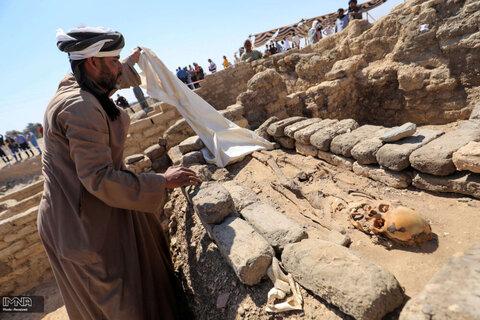 """تماشای بقایای اسکلت یک انسان در محل """"شهر طلایی گمشده"""" که اخیراً توسط باستان شناسان در مصر کشف شد"""