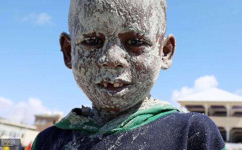 نقاشی کردن صورت یک پسر سومالیایی در آخرین جمعه پیش از ماه مبارک رمضان در موگادیشو