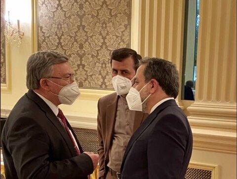 گفتوگوی نماینده روسیه با عراقچی و غریبآبادی