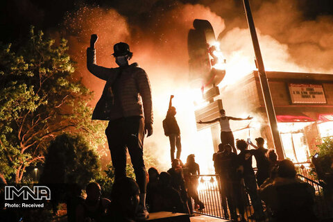 رتبه سوم بهترین داستان تصویری  اخبار فوری مشتهای گره کرده معترضان به مرگ جورج فلوید در مقابل رستوران آتش گرفته