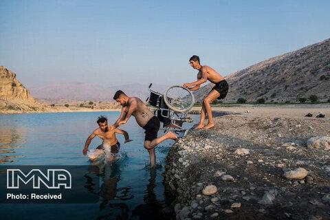رتبه سوم بهترین داستان تصویری ورزشی هل دادن دوستانه یک پارکورکار حرفه ای ایرانی در دریاچه سد کوثر گچساران که در اثر سانحه در مسابقه پارکور دچار آسیب  نخاعی شده است