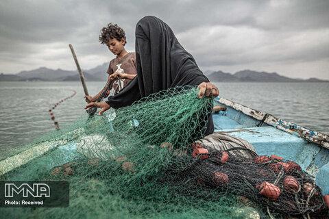 رتبه اول تک تصویر چالش های معاصر  تلاش یک مادر یمنی برای ماهیگیری و کسب درآمد در بحران جنگ