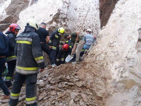 نجات ۲ کارگر از زیرآوار ساختمانی بعد از ۱۰۰ دقیقه تلاش آتشنشانان+ عکس