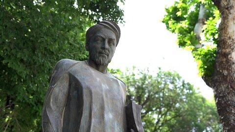 مجسمه شیخ بهایی به چهارباغ اصفهان بازگشت