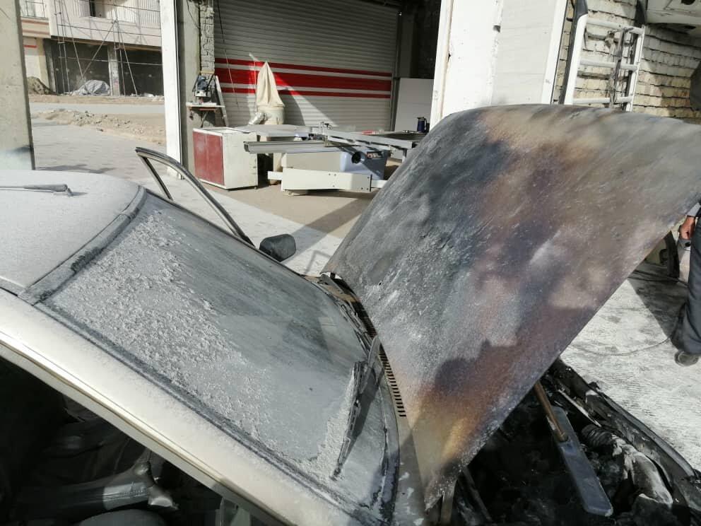 مهار شعلههای آتش خودرو سواری در شیراز