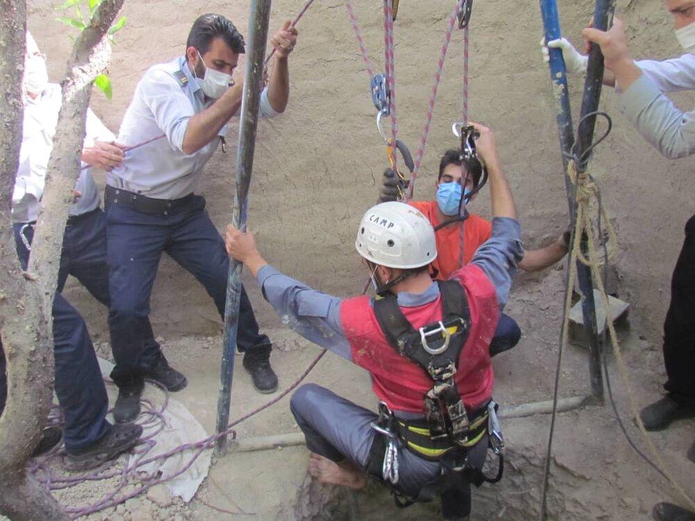 سقوط هولناک کارگر جوان در چاه ۲۲ متری