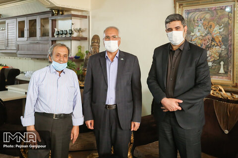 دیدار شهردار اصفهان با استاد قلم زنی