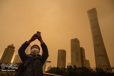عکسبرداری مردی از طوفان فصلی شن در پکن چین که منشا آن بیابان های گبی شناخته می شود
