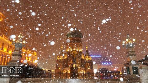 نمای زیبای کلیسای جامع سنت سوفیا هنگام بارش برف در  هاربین ، استان هیلونگ جیانگ چین