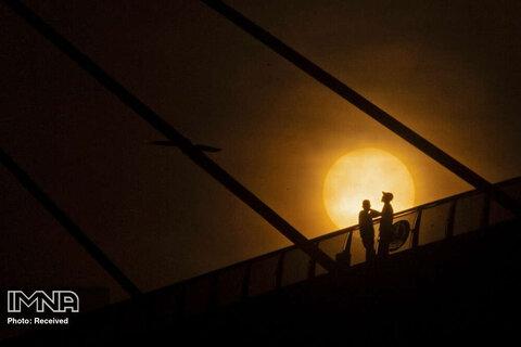 تماشای اروندرود هنگام غروب آفتاب در بصره عراق  در ماه مبارک رمضان
