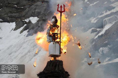 سوزاندن یک آدم برفی نمادین ساخته شده از پوشال و پر از ترقه موسوم به Boeoegg روی پل شیطان دره شلونن سوئیس