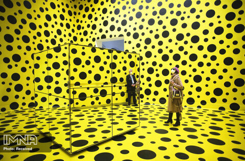 حضور مردم در یک اثر هنری با نام «ارواح کدو تنبل به آسمان نازل شدند!» از یایوئی کوساما در نمایشگاه مرور آثار این هنرمند مشهور ژاپنی در موزه «مارتین گروپیوس بائو» در برلین آلمان