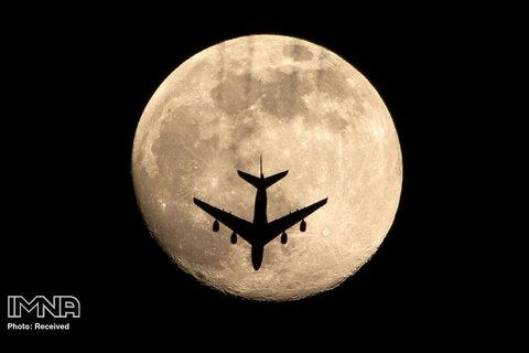 """لحظه شکار هواپیما در وسط پدیده """"ماه صورتی"""" در بصره عراق"""