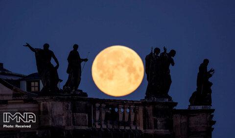 """نمای زیبای """"ابرماه"""" در پشت مجسمه های روی بام کلیسای جامع  درسدن آلمان"""