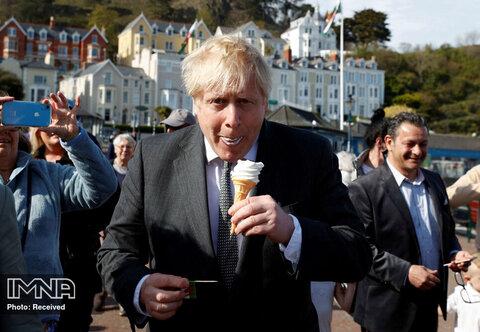 بستنی خوردن بوریس جانسون هنگام بازدید از ساندیدنو، شهرکی در ولز انگلیس