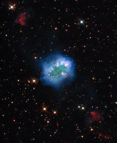 نمایش گردنبند الماس در آسمان فضا