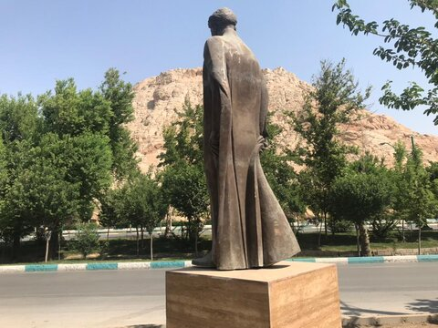 نصب سردیس میرزا طاهر در میدان سقاخانه