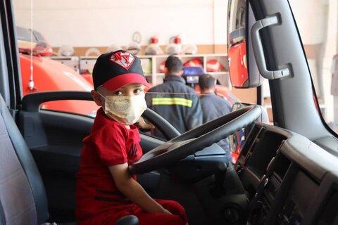 کودک شیرازی مبتلا به بیماری سرطان آتشنشان افتخاری شد