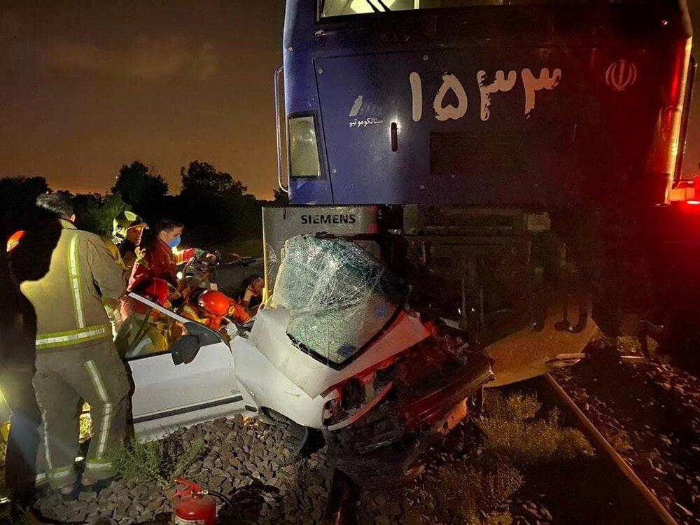 تصادف هولناک قطار با خودروی سواری+ عکس