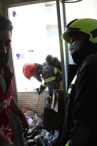 نجات ساکنان مجتمع مسکونی ۶ طبقه از دود و آتش+ عکس