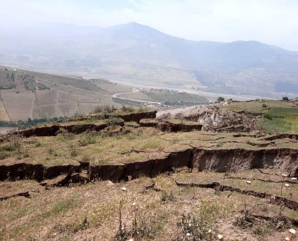 زمین رودبار دهان باز کرد/تخلیه فوری روستای خرشک+عکس